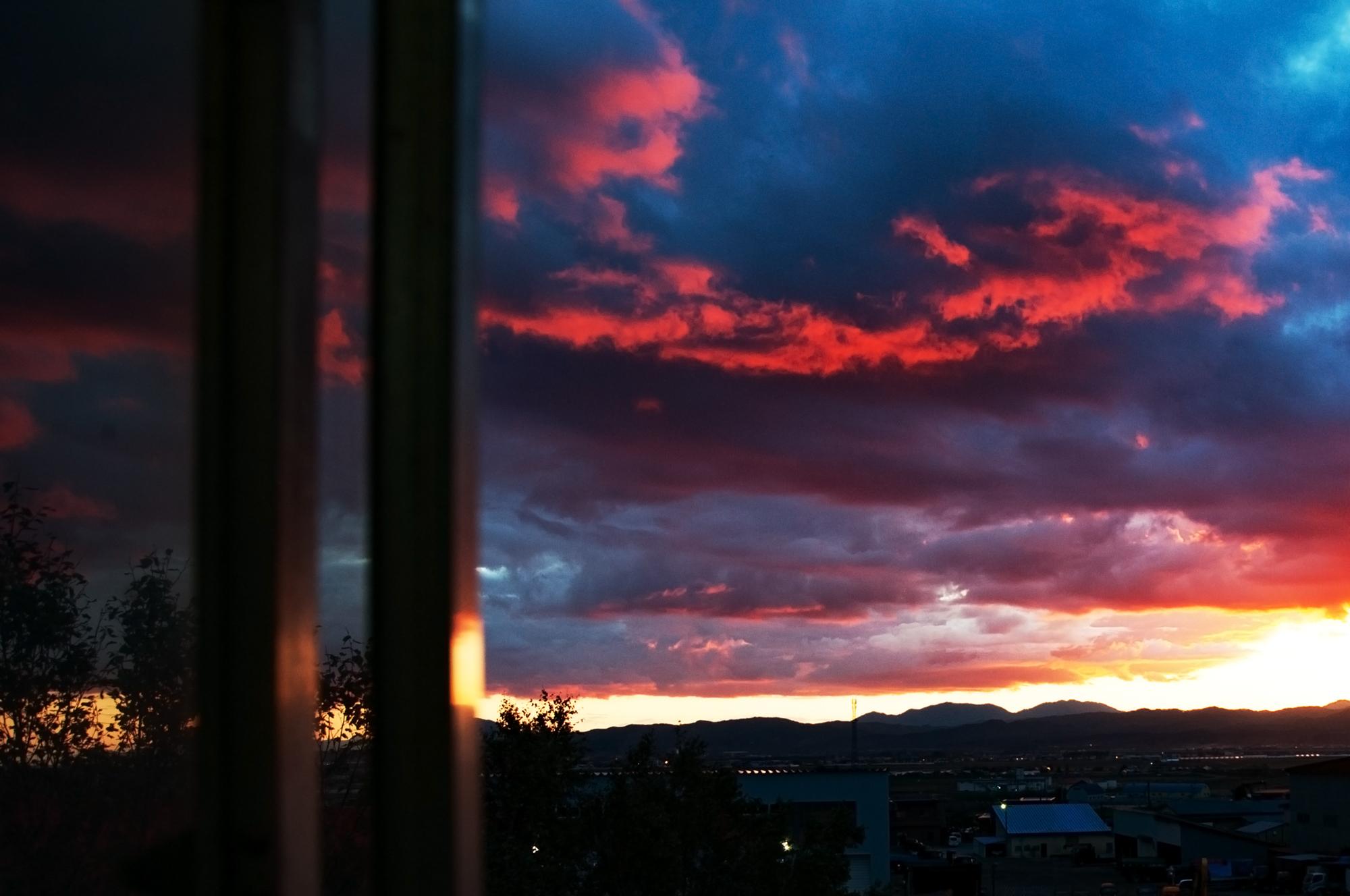窓から見た夕暮れ